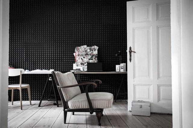 Prázdne kreslo, biele otvorené dvere do miestnosti.jpg
