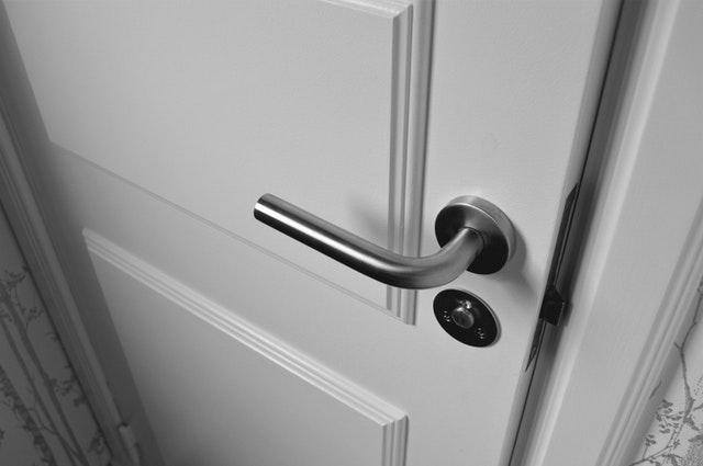 Biele dvere, pohľad zblízka.jpg