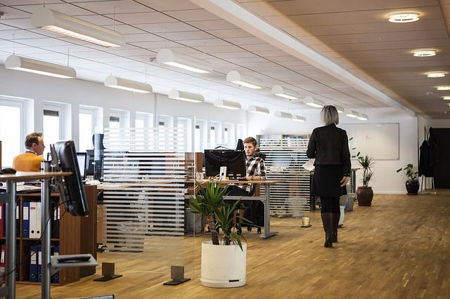 Ľudia v priestrannej a moderne zariadenej kancelárii.jpg