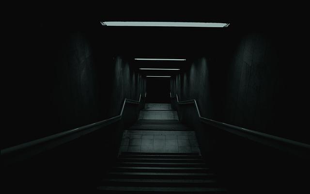 Tmavé dlhé schodisko so zábradlím.jpg