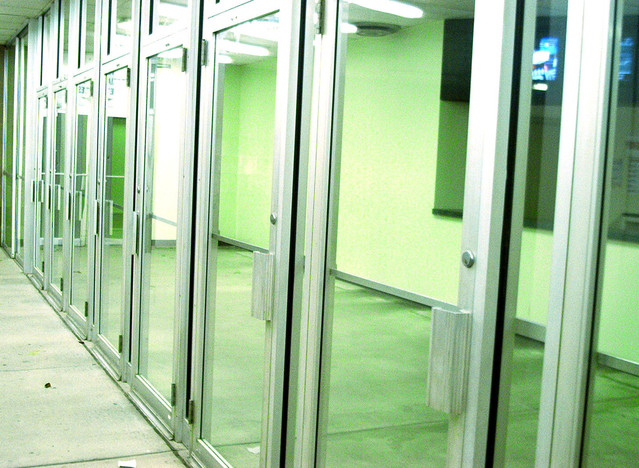 Zelené sklenené dvere, z ktorých je vyskladaná celá stena.jpg