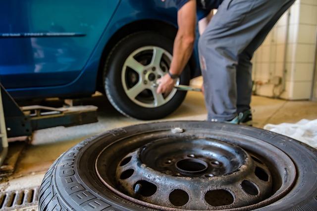 Muž prezúva pneumatiky.jpg