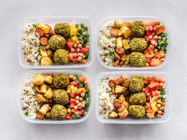 Jedlo zabalené v plastových krabičkách